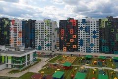 Nuovo distretto dell'appartamento con i campi da giuoco del ` s del childre Fotografia Stock