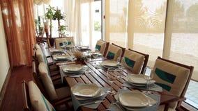 Nuovo e ristorante di lusso pulito nello stile europeo scena Caffè all'aperto di estate tipica Tabelle e caffè di estate delle se video d archivio