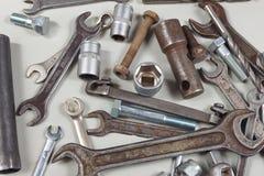 Nuovo e vecchio strumento del metallo per il primo piano di riparazione dell'automobile Fotografia Stock