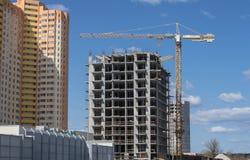 Nuovo edificio residenziale e costruzione della costruzione con il sollevamento della gru a torre Fotografia Stock Libera da Diritti