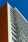 Nuovo edificio residenziale multipiano arancio bianco Fotografia Stock Libera da Diritti