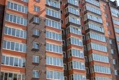 Nuovo edificio residenziale a più piani nei precedenti Fotografie Stock Libere da Diritti