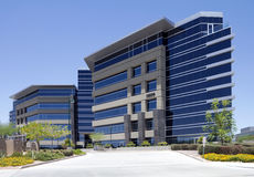 Nuovo esterno corporativo moderno dell'edificio per uffici fotografie stock libere da diritti