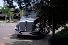 Nuovo grande camion moderno alla moda nero dei semi dell'impianto di perforazione sul parcheggio Fotografie Stock Libere da Diritti