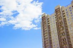 Nuovo grattacielo residenziale incompiuto del raggiro di rinforzo Fotografie Stock Libere da Diritti
