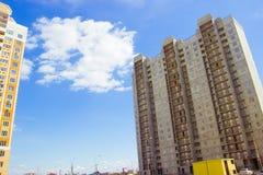 Nuovo grattacielo residenziale incompiuto delle lastre del cemento armato sui precedenti del cielo blu Programmi sociali e Fotografia Stock