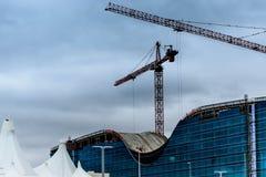 Nuovo hotel di vetro moderno in costruzione al diametro Fotografie Stock Libere da Diritti