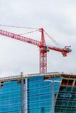 Nuovo hotel di vetro moderno in costruzione al diametro Immagine Stock