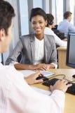 Nuovo impiegato che inizia lavoro in ufficio occupato Fotografia Stock