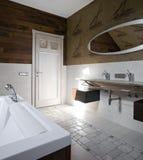Nuovo interiore moderno della stanza da bagno immagine stock libera da diritti