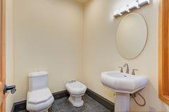 Nuovo interno del bagno con il bidet immagini stock