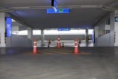 Nuovo interno vuoto di parcheggio per fondo fotografia stock libera da diritti