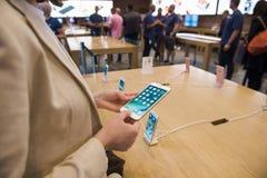 Nuovo iPhone 7 Apple Store più Immagini Stock Libere da Diritti