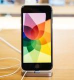 Nuovo iPhone 8 dell'esposizione eccellente della retina e iPhone 8 più in Apple Sto Fotografia Stock