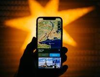 Nuovo iPhone di Apple contro la stella defocused blu che caratterizza GPS nuovo Fotografia Stock Libera da Diritti