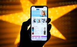 Nuovo iPhone di Apple contro la stella defocused blu che caratterizza musica  Immagini Stock Libere da Diritti