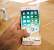 Nuovo iPhone 8 e iPhone 8 più in Apple Store con i apps da tavolino Immagine Stock Libera da Diritti