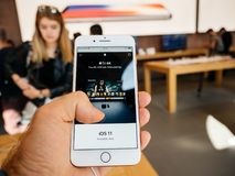 Nuovo iPhone 8 e iPhone 8 più in Apple Store con Apple TV 4k, Fotografia Stock Libera da Diritti