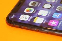 Nuovo Iphone X o dieci su backaground arancio Fotografia Stock