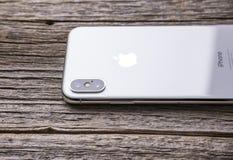 Nuovo iPhone X 10 su un fondo di legno, colpo dello studio Fotografie Stock