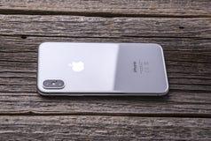 Nuovo iPhone X 10 su un fondo di legno, colpo dello studio Immagine Stock