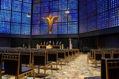 Nuovo Kaiser Wilhelm Memorial Church interno con gli intarsi del vetro macchiato e della croce, Berlino immagini stock
