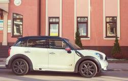 Nuovo Mini Cooper parcheggiato vicino sulla via Fotografia Stock Libera da Diritti