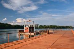Nuovo molo di legno con la piccola torre sul lago dell'allume di jezero di Kamencove in città ceca di Chomutov alla sera dopo la  Immagini Stock Libere da Diritti