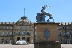 Nuovo palazzo dal lato di Ehrenhof con un cervo dalla stemma di Wuerttemberg Fotografia Stock Libera da Diritti