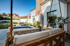 Nuovo patio domestico classico moderno con un'oscillazione Immagini Stock Libere da Diritti