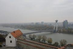 Nuovo ponte dal castello - Bratislava, Slovacchia immagini stock