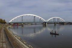 Nuovo ponte sopra Danubio a Novi Sad, due pescatori nella barca sopra fotografie stock