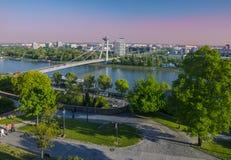 Nuovo ponte sopra il Danubio a Bratislava, Slovacchia al tramonto Fotografia Stock Libera da Diritti