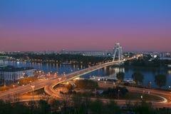 Nuovo ponte sopra il Danubio a Bratislava, Slovacchia alla notte Immagini Stock Libere da Diritti