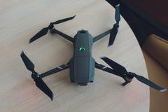 Nuovo quadcopter grigio scuro del fuco con la macchina fotografica digitale ed i sensori immagine stock libera da diritti