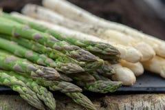 Nuovo raccolto di asparago bianco e verde di verdure nella stagione primaverile, asparago che cresce dalla terra sull'azienda agr fotografie stock