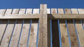 Nuovo recinto di legno con cielo blu Immagini Stock