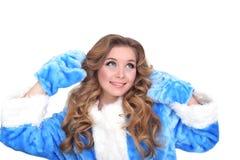 Nuovo ritratto di divertimento emozionale della ragazza in cappotto blu Isolato su priorità bassa bianca Fotografie Stock