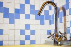 Nuovo rubinetto nel lavandino Fotografie Stock Libere da Diritti