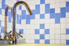 Nuovo rubinetto nel lavandino Fotografia Stock