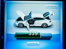 Nuovo schermo di visualizzazione del computer del cruscotto del modello S di Tesla con il informa Fotografie Stock