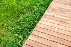 Nuovo sentiero costiero di legno sopra prato inglese in parco immagini stock