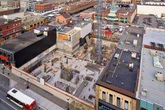Nuovo sito della costruzione di edifici con la gru Immagini Stock Libere da Diritti