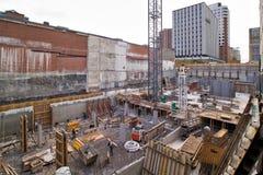 Nuovo sito della costruzione di edifici con la gru Fotografia Stock Libera da Diritti