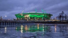 Nuovo stadio in San Pietroburgo alla notte immagine stock