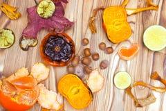 Nuovo superfood giapponese, mandarini arrostiti con la buccia Una foto sopraelevata del mandarino arrostito antiossidante fruttif fotografia stock
