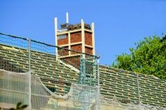 Nuovo tetto con il camino fotografie stock libere da diritti