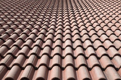 Nuovo tetto con le piastrelle di ceramica immagine stock