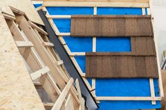 Nuovo tetto di mattonelle del metallo con i fasci di legno e lo strato di controllo del vapore Fotografia Stock Libera da Diritti