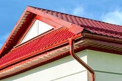 Nuovo tetto piastrellato rosso con la grondaia Fotografia Stock